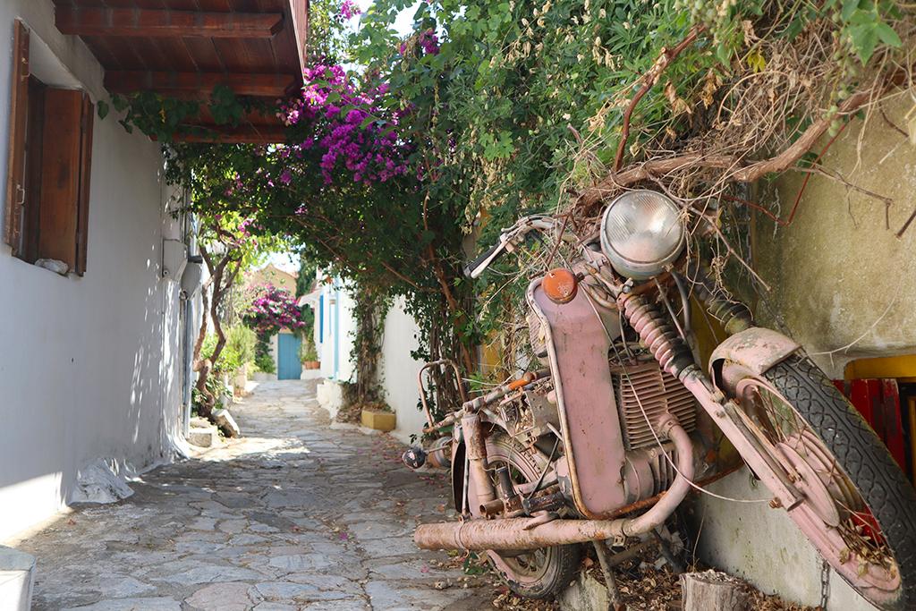 Kleine Gasse mit alten Motorrad in Alonnisos