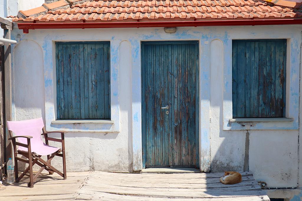 Altes Haus mit Stuhl und Katze in Alonnisos