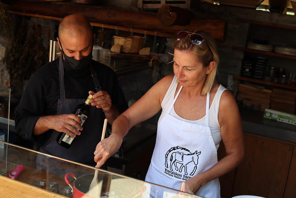 Kochen in der Outdoor-Küche der Karaiskos-Farm