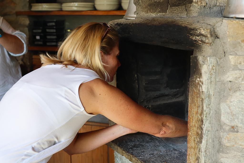 Feta wird in den Ofen gegeben.