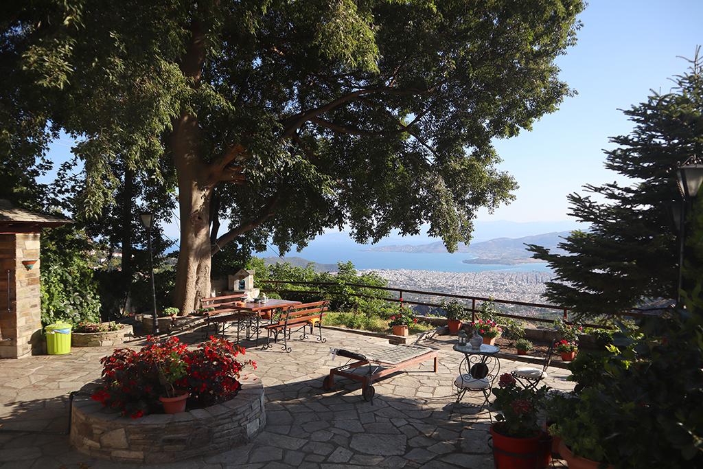 Terrasse und Blick auf Volos.