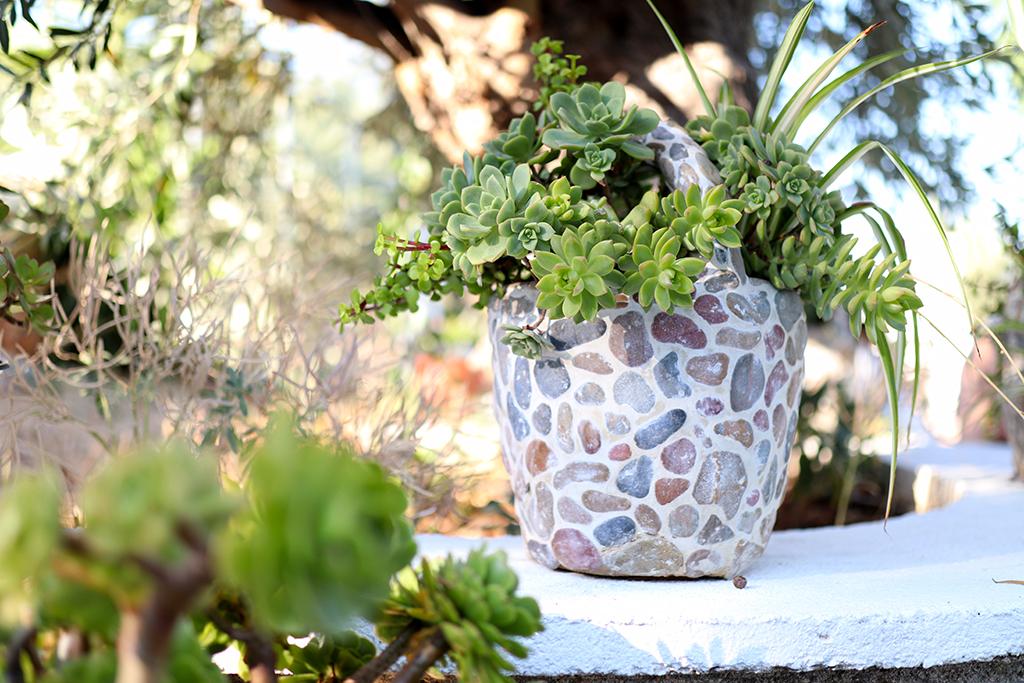 Liebevolle Details im Garten des Mourtero-House.